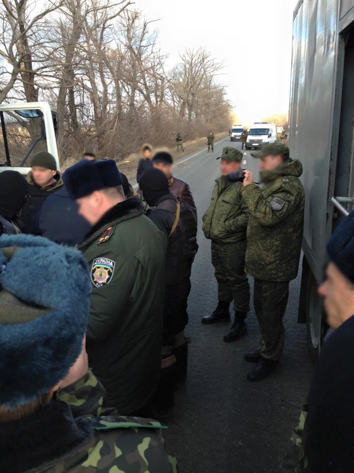 Террористы ДНР передали Украине 20 заключенных из Енакиево: фото