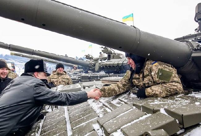 Порошенко передал армии партию военной техники и вооружения