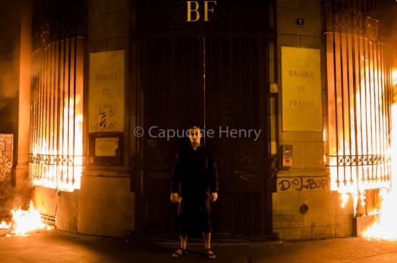 Российский художник поджег Банк Франции в Париже: фото