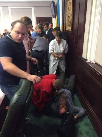 На сессии Киевоблсовета подрались депутаты: фото