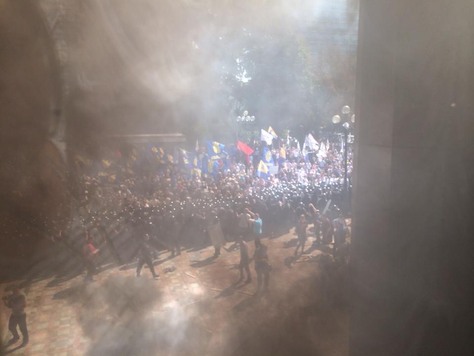 Под Радой драка, правоохранители получили подкрепление: фото