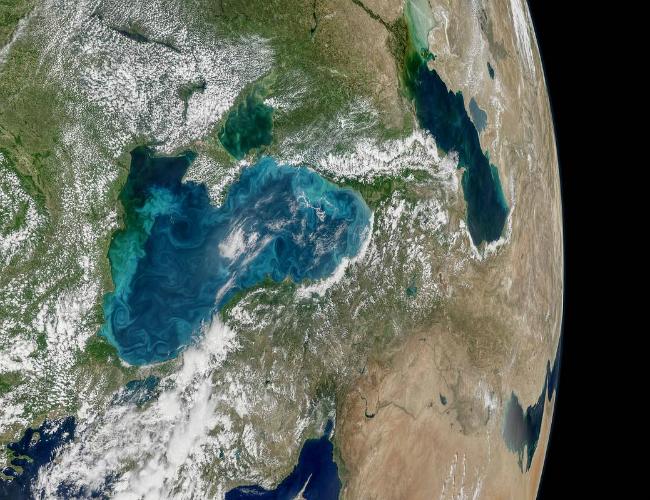 Ученые NASA изкосмоса показали, как Черное море украсили бирюзовые вихри
