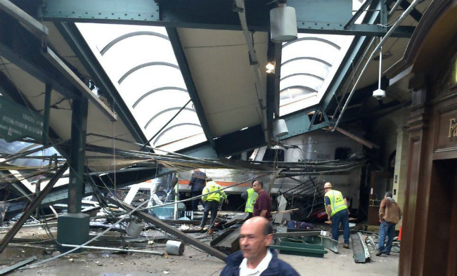 В Нью-Джерси поезд протаранил станцию: есть пострадавшие