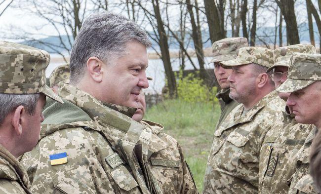Президент Петр Порошенко с военнослужащими, 28 апреля 2016 года (Фото - Лига / Андрей Гудзенко)