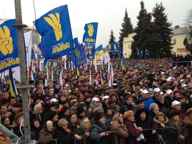 Кличко, Яценюк и Тягнибок прошлись многотысячным маршем по Луцку