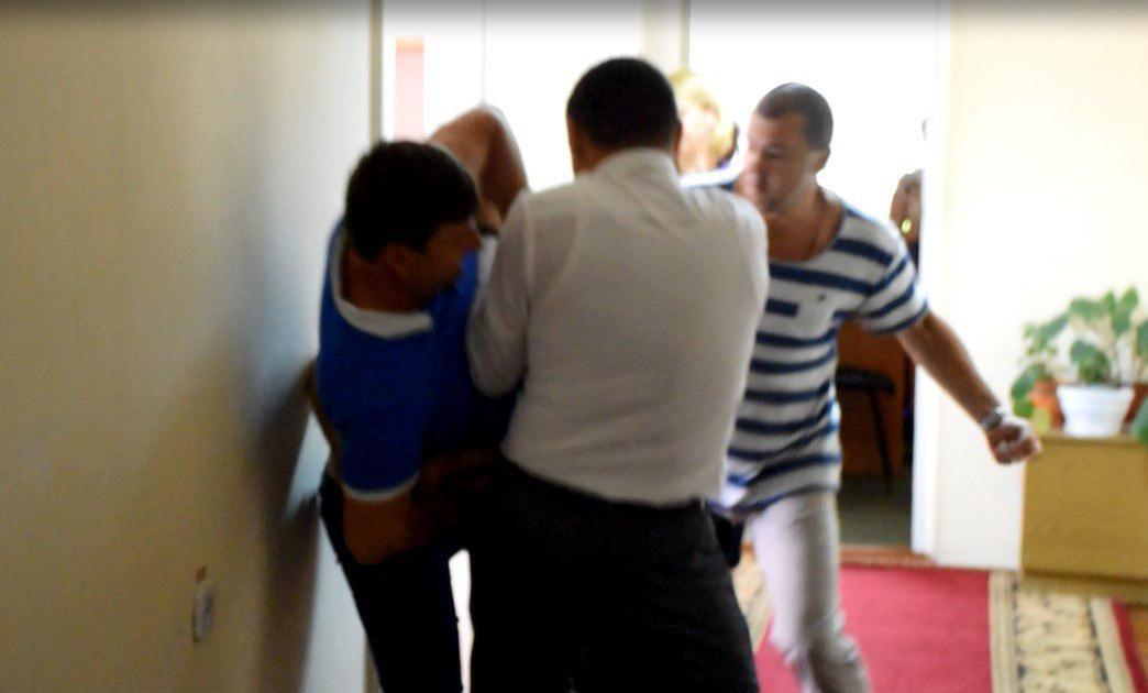 У Миколаївській облраді побилися депутати і боксер: фото, відео