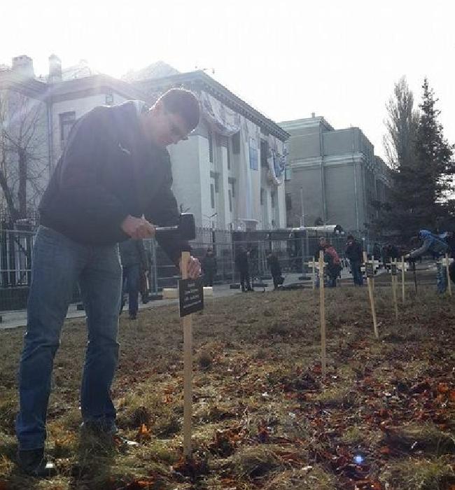 У посольства РФ в Киеве появились кресты по погибшим в Мариуполе