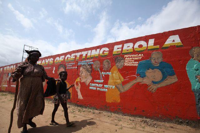 Мурал на тему борьбы с Эболой в Либерии (Фото EPA)
