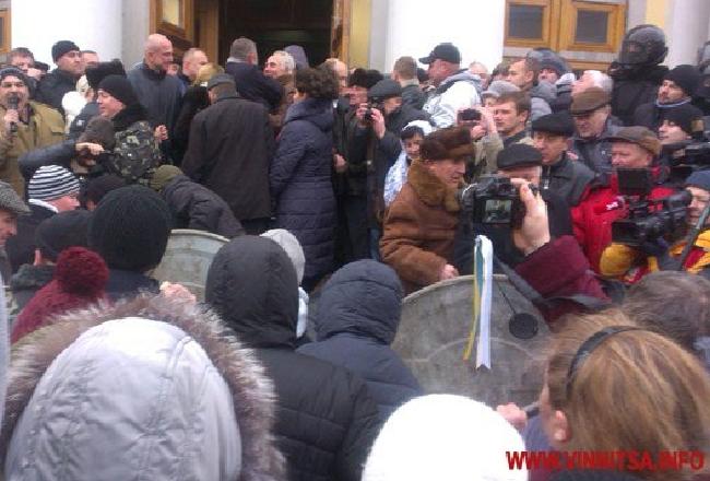 В Виннице активисты штурмовали облсовет: есть пострадавшие
