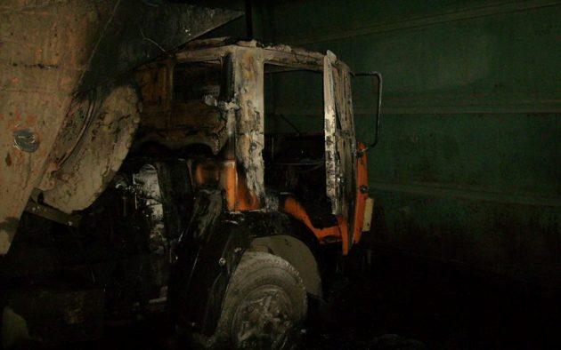 При обстреле боевиками автопарка агрохолдинга вТалаковке уничтожен грузовой автомобиль иповреждены трактора
