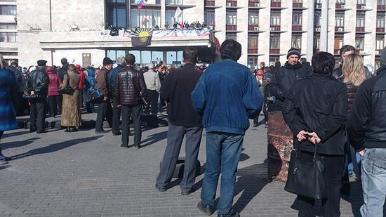 Захватчики Донецкой ОГА ждут штурма, женщин просят не уходить