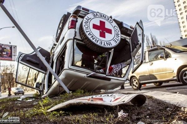 В Донецке авто с символикой Красного креста попало в ДТП: фото