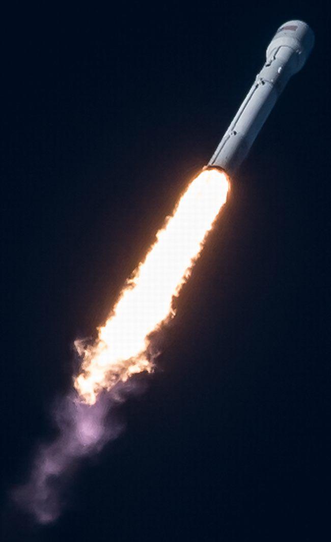 SpaceX запустила тяжелую ракету со спутником связи: видео