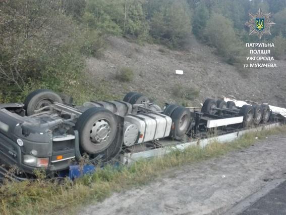 Под Мукачево перевернулся грузовик, пострадал водитель: фото