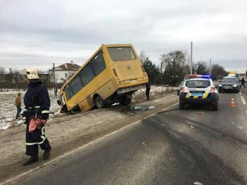 Во Львовской области Citroen влетел в маршрутку, есть погибший