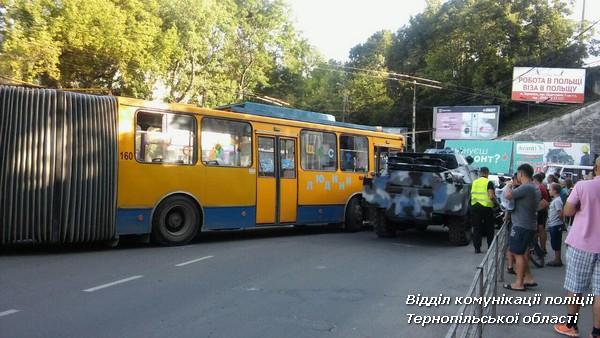 В Тернополе столкнулись троллейбус и бронированный автомобиль