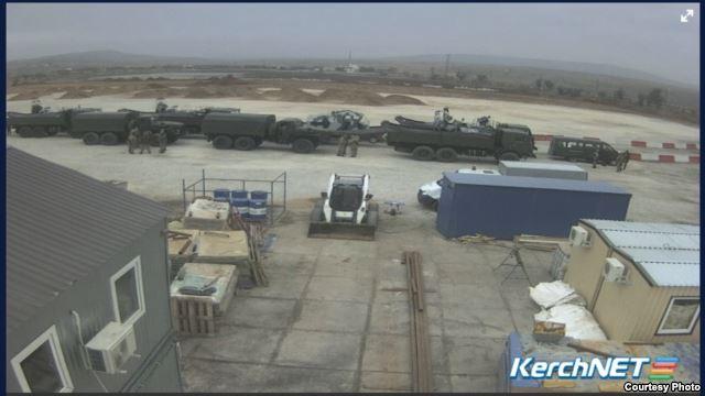 Россия перебрасывает военную технику через Керченскую переправу