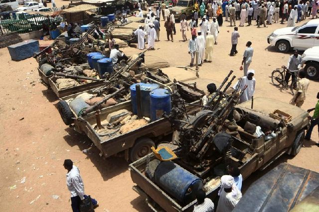 Оружие, отбитое у сепаратистов в Судане у югу от Дарфура (фото EPA)