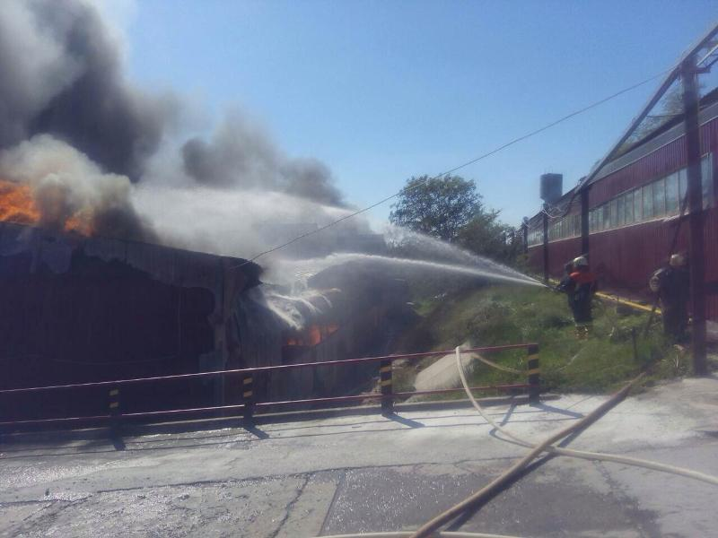 Под Киевом горит фабрика по производству пледов и одеял: фото