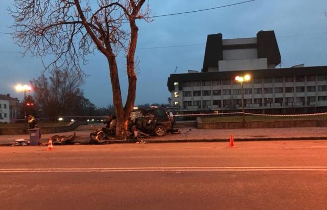 В Ужгороде автомобиль влетел в дерево, есть погибшие: фото, видео