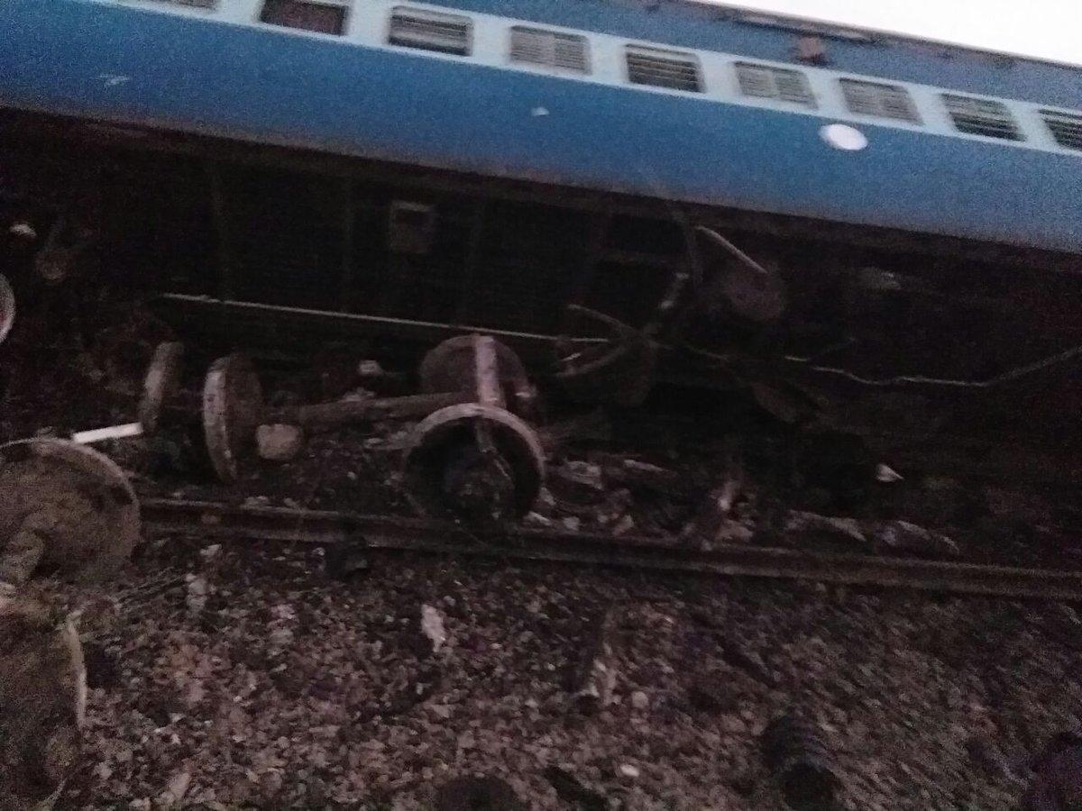 На севере Индии сошел с рельсов пассажирский поезд: есть погибшие
