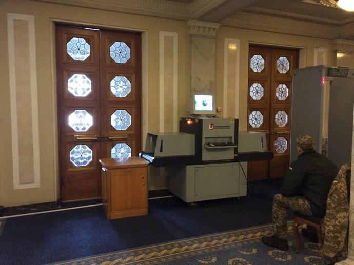 В Раде начали проверять вещи депутатов с помощью рентгена: фото