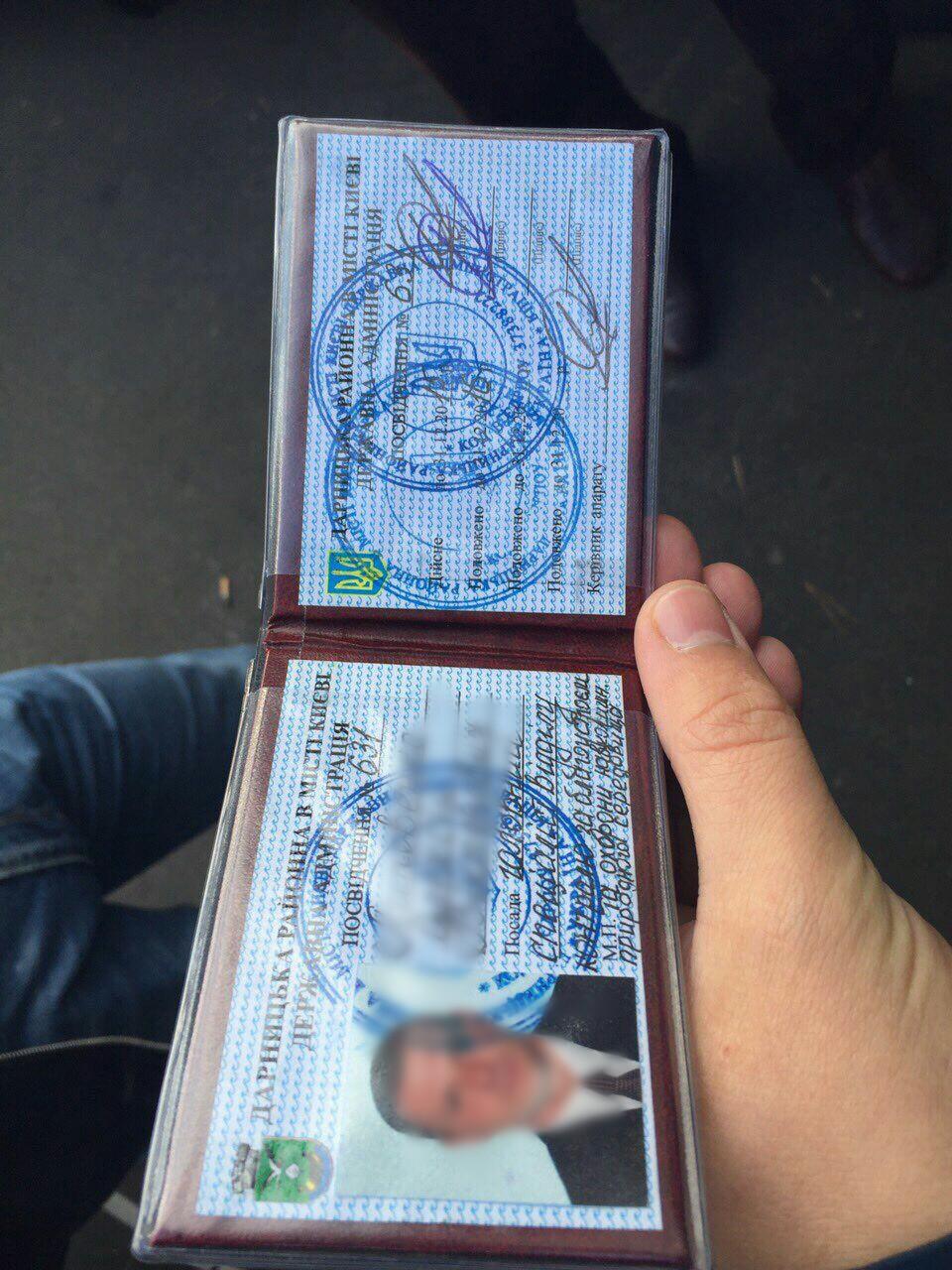 В Киеве при получении взятки задержаны 2 чиновника Дарницкой РГА