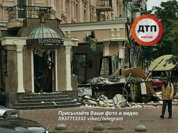 В центре Киева трактором снесли пристройку к ресторану: фото