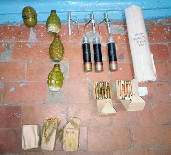 В Авдеевке у 16-летней девушки изъяли гранаты и взрывчатку: фото