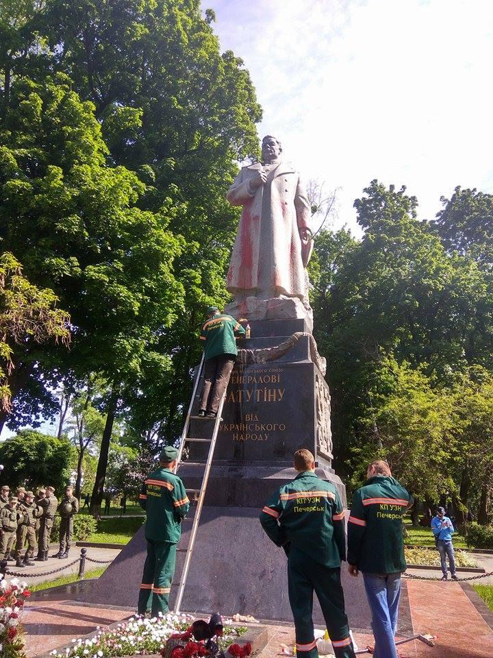В центре Киева облили краской памятник генералу Ватутину: фото