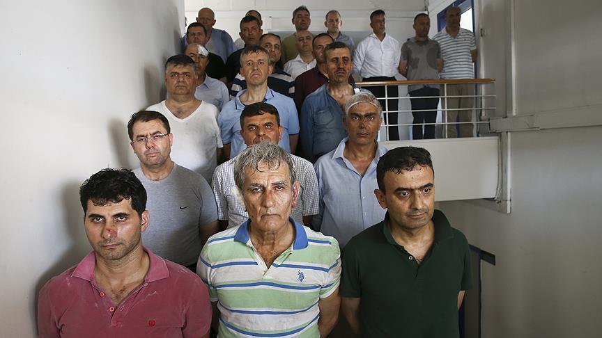 Подозреваемые в организации путча после допроса, в первом ряду в центре Акын Озтюрк (Фото - aa.com.tr)