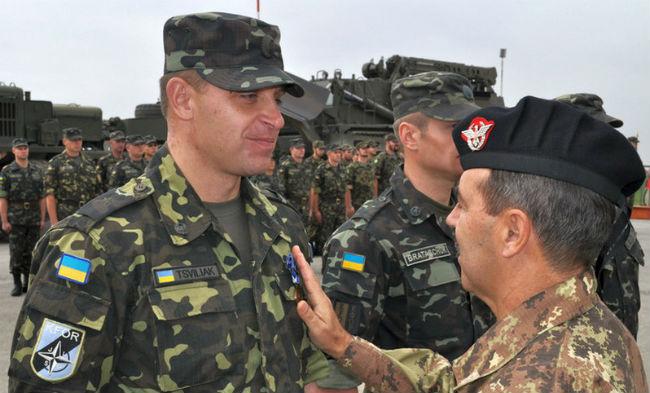 Украинцы участвовали в операциях по поддержанию мира под руководством НАТО и работали бок о бок с коллегами из НАТО, проведя первое развертывание в Боснии и Герцеговине в 1996 году, в Косово в 1999 году и в Афганистане в 2007 году.