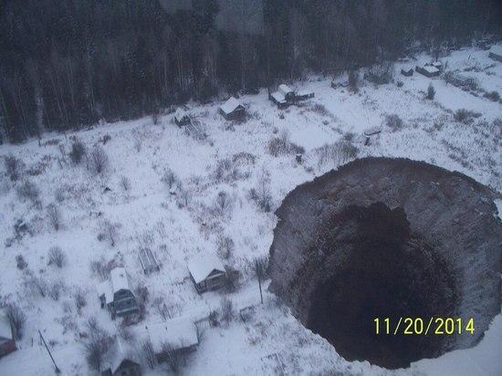 На Урале из-за обвала шахты образовалась гигантская воронка
