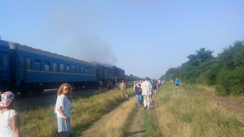 Под Николаевом загорелся пассажирский поезд: фото
