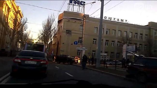 В Донецке джип боевиков протаранил легковушку, есть жертвы: фото