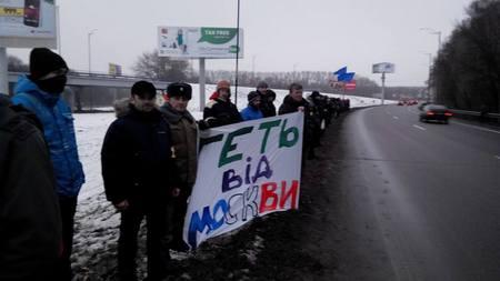 Активисты Майдана ждут Януковича возле аэропорта Борисполь