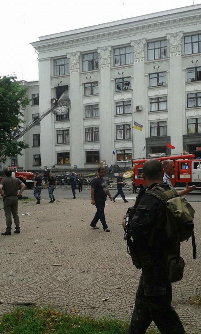 В здание Луганской обладминистрации попал неизвестный снаряд