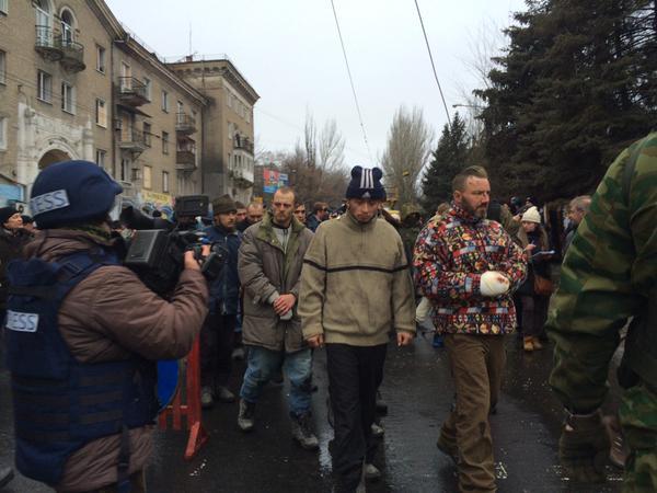 На улицы Донецка вывели пленных украинцев: фото