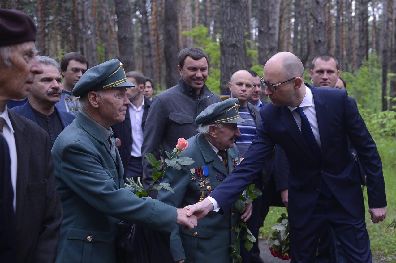 Яценюк почтил память жертв политических репрессий
