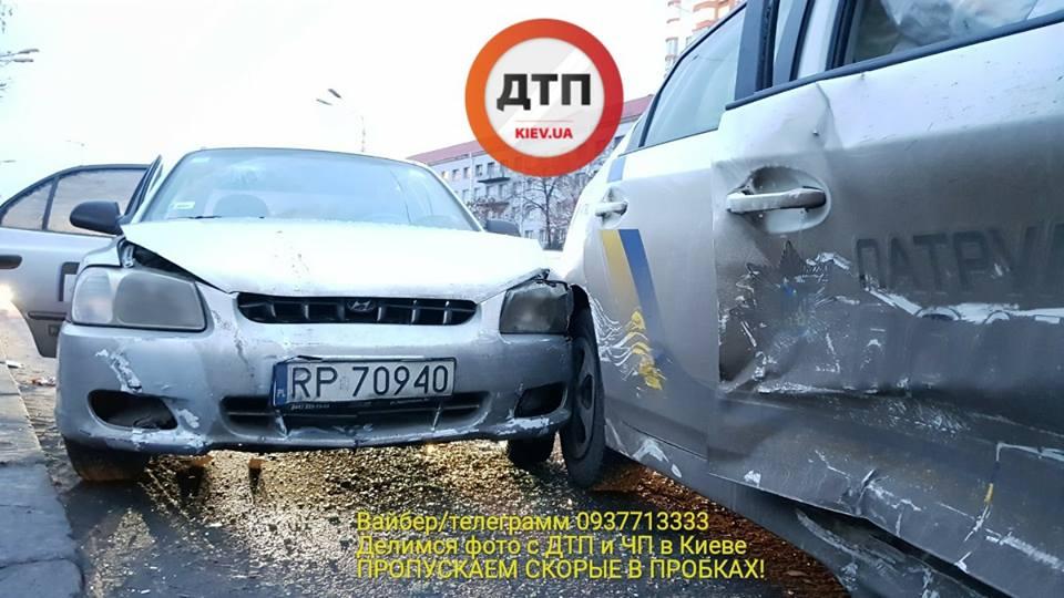 В Киеве таксист протаранил авто полиции, есть пострадавшие - СМИ