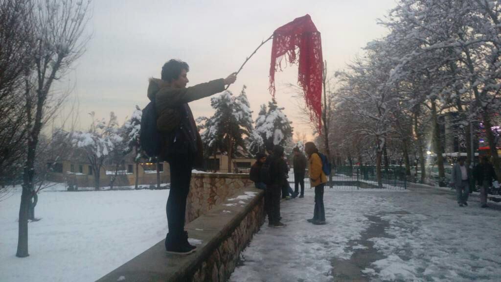 Жінки виходять наодиночні протести проти хіджабів