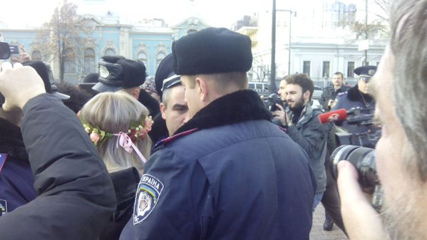 Под Радой задержаны активистки Femen: фото