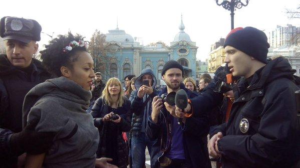 Під Радою затримані активістки Femen: фото