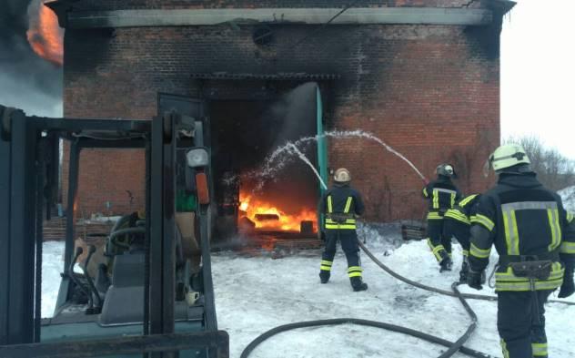 В Славянске горит склад горюче-смазочных материалов: фото