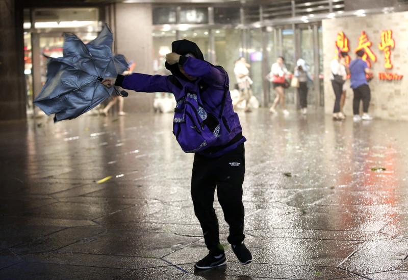 Над Тайванем пронесся мощный тайфун: фото, видео