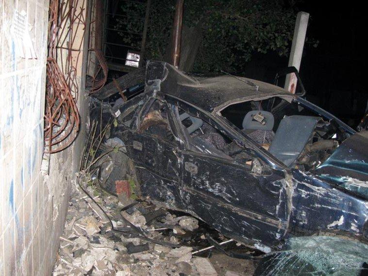 У Луганській області Opel протаранив будинок: троє загиблих