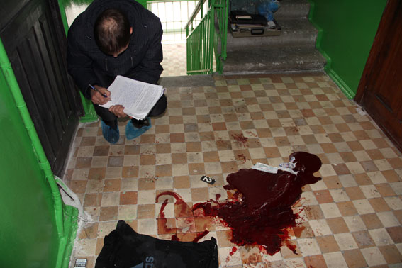 В Чернигове вооруженный рецидивист ранил двух полицейских: фото