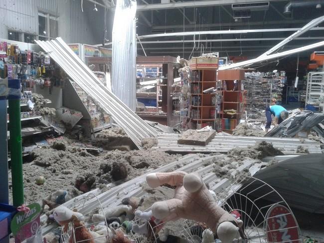 В Луганске снарядом разрушено здание супермаркета