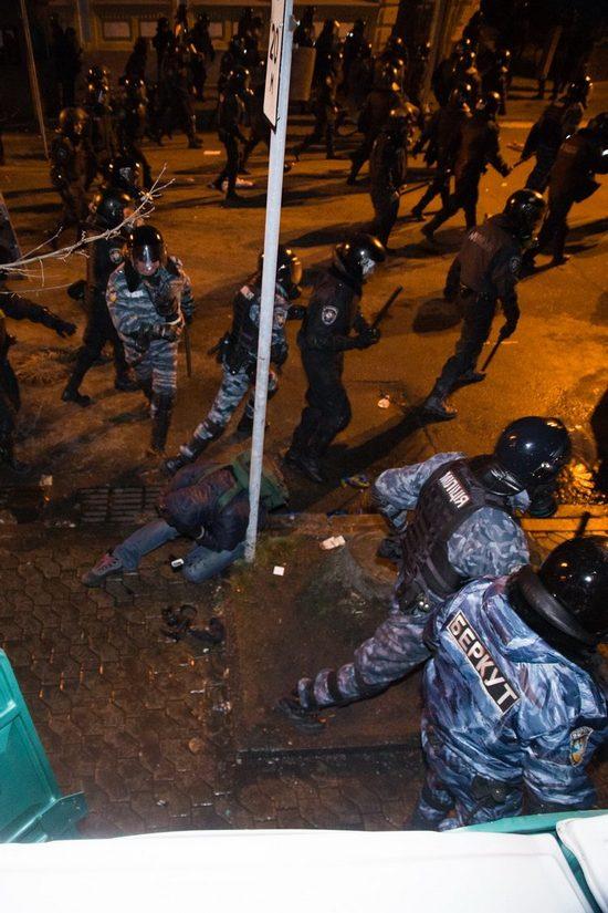 """Фотофакт: как  """"Беркут"""" бил журналиста ЛІГАБізнеІнформ"""