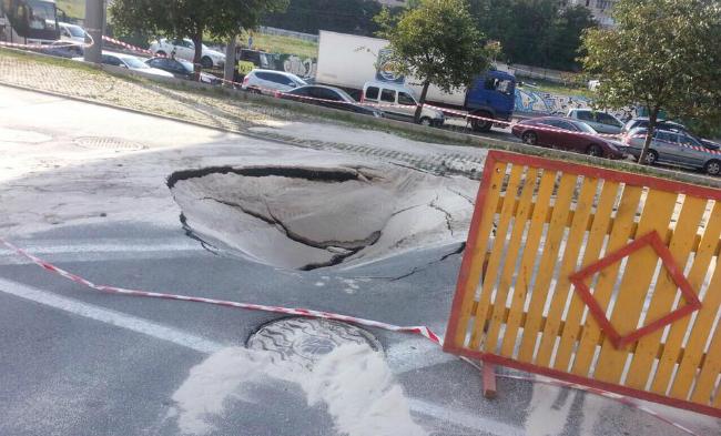 В центре Киева провалился асфальт: фото